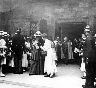 During a visit from King Wilhelm II, Queen Charlotte was given flowers. Scan: Landesmedienzentrum Baden-Württemberg, credit unknown