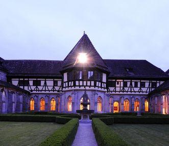 Südflügel des Kreuzgangs mit Brunnenhaus von außen im Kloster und Schloss Bebenhausen
