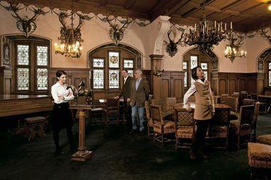 Bebenhausen, Besucher im Blauen Saal; Foto: Staatliche Schlösser und Gärten Baden-Württemberg, Niels Schubert