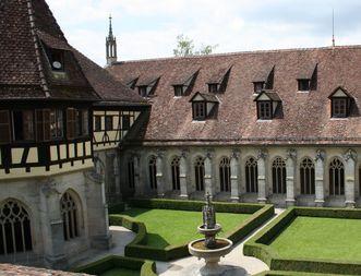 Blick in den Kreuzgarten in Kloster Bebenhausen; Foto: Staatliche Schlösser und Gärten Baden-Württemberg, Janna Almeida