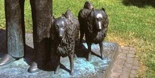 Ali und Rubi, die Hunde des Königs, Denkmal von König Wilhelm II. vor dem Wilhelmspalais in Stuttgart