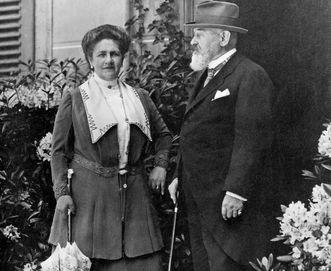 Le roi WilhelmII et la reine Charlotte devant le château de Bebenhausen
