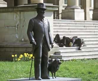 Bronze statue of King Wilhelm II with a dog, in front of the Wilhelm's Palace in Stuttgart. Image: Landesmedienzentrum Baden-Württemberg, credit unknown