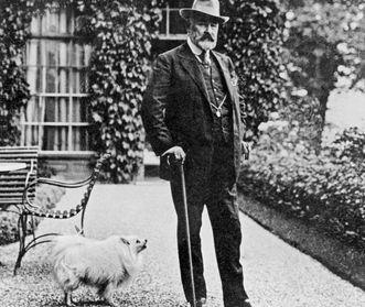 König Wilhelm II. von Württemberg mit Hund im Schloss Bebenhausen, Fotografie um 1910; Foto: Landesmedienzentrum Baden-Württemberg, Robert Bothner