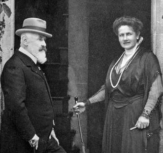 König Wilhelm II. von Württemberg mit seiner Frau Charlotte vor dem Schloss Bebenhausen, Fotografie um 1915; Scan: Landesmedienzentrum Baden-Württemberg, Urheber unbekannt