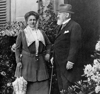 König Wilhelm II. von Württemberg mit Königin Charlotte vor dem Schloss Bebenhausen, Fotografie um 1915; Scan: Landesmedienzentrum Baden-Württemberg, Urheber unbekannt