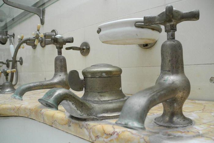 Robinetterie du lavabo dans la salle de bains de la reine au château de Bebenhausen